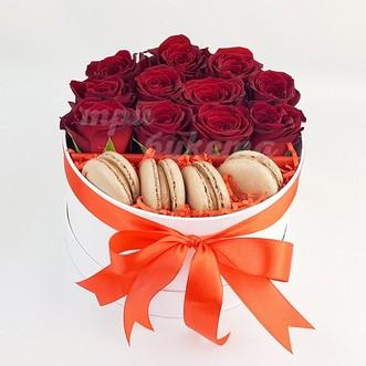 4 макаруна с розами
