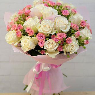 Букет из белых и кустовых роз