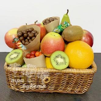 Фруктовая корзина с апельсинами, киви и грушами