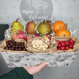 Коробочка с апельсинами, грушами и орешками