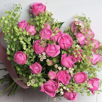 Розовые пионовидные розы