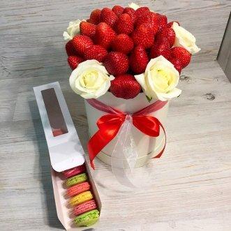10 макарун с розами и клубникой