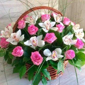 Корзина розовых роз и орхидей