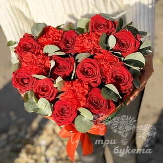 Сердце из роз и гвоздик