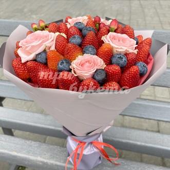 Букет из ягод клубники и черники