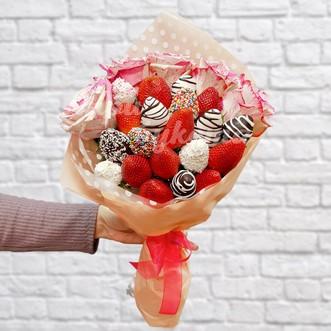 Букетик из 20 клубники и роз