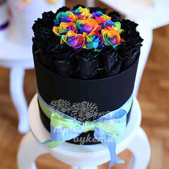 Черные и радужные розы в коробке