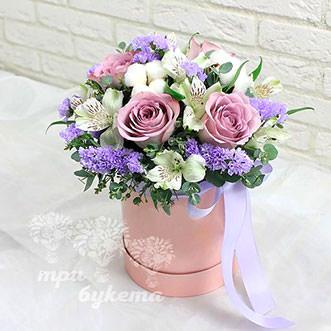 Белые альстромерии и розы в коробке