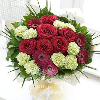 Букет из пышных роз и гвоздик