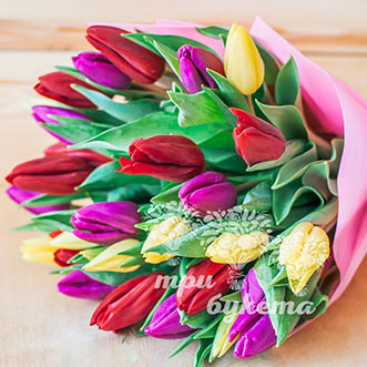 Букет из 27 разноцветных тюльпанов