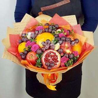 Букет из фруктов и кустовых роз