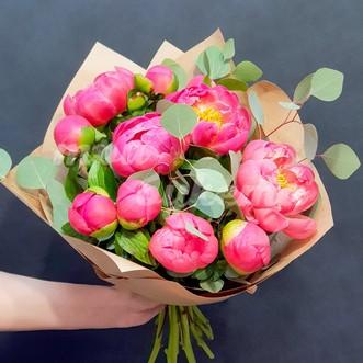 Букет из 11 розовых пионов в крафте